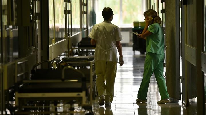 «Сутки лежал с инсультом». В Екатеринбурге врачей обвинили в смерти пациента на больничной койке