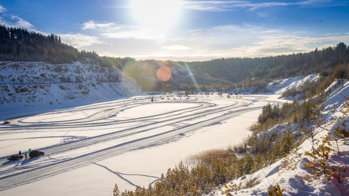 Свердловские гонщики устроили соревнования по дрифту на замерзшем карьере