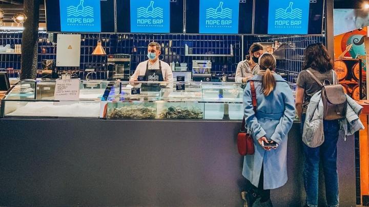В Екатеринбурге открылся морской бар с аквариумом, где живут императорские устрицы