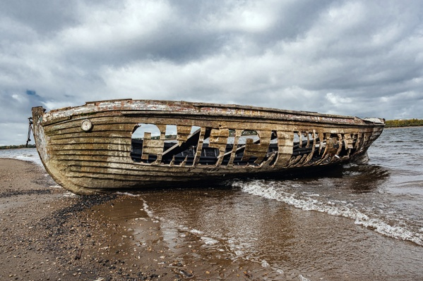 Старая лодка появилась на берегу Камы