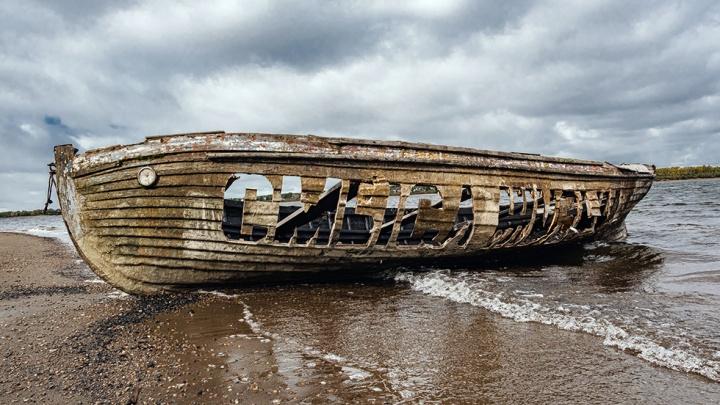 На набережной Камы появился арт-объект — лодка с надписью «Смысл жизни»