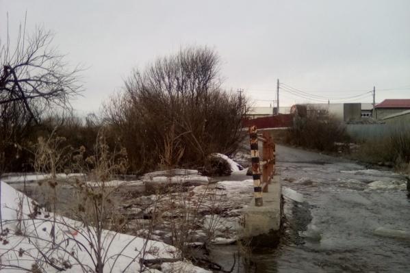 Часть моста скрылась под водой