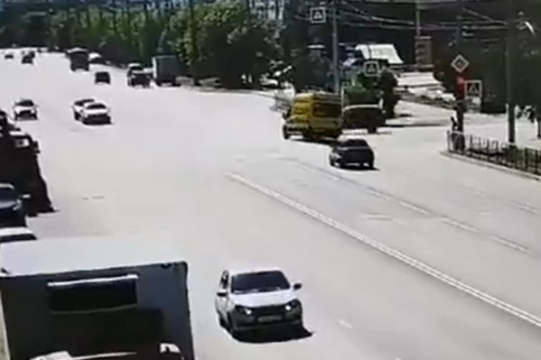 После столкновения с автомобилем скорой помощи «Ниву» отбросило на тротуар, где стояла женщина. Она погибла