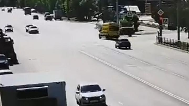 В Сети появилось видео момента ДТП со скорой в Архангельске, в котором погибла женщина-пешеход