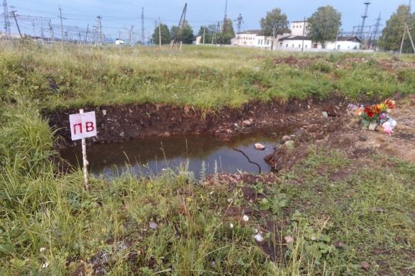 После гибели ребенка на месте котлована появилась табличка «ПВ», но позже чиновники заверили, что это был не пожарный водоем