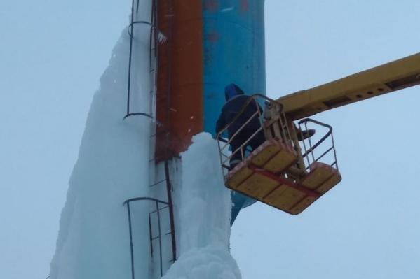 Рабочим пришлось снимать с башни огромную ледяную глыбу