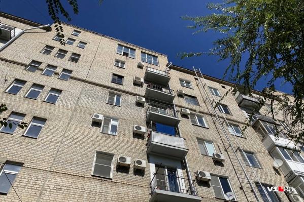 Человек выпал из окна седьмого этажа