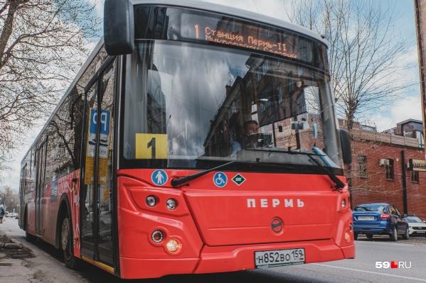 Через эту остановку проходит 9 автобусных маршрутов