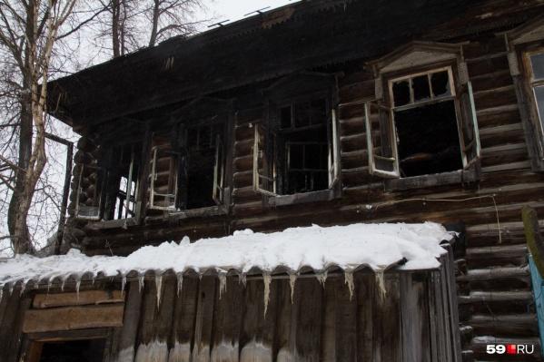 Пожар в этом старом деревянном доме произошел в январе 2020 года. В нем погибла пятилетняя девочка