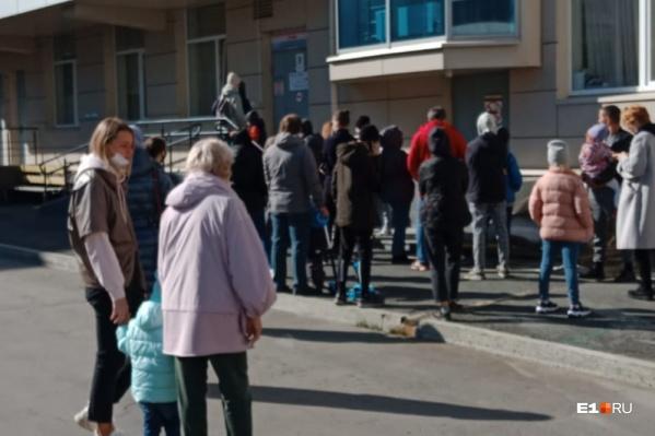 """Такая очередь сегодня выстроилась у поликлиники <nobr class=""""_"""">№ 3</nobr> на улице Шварца"""