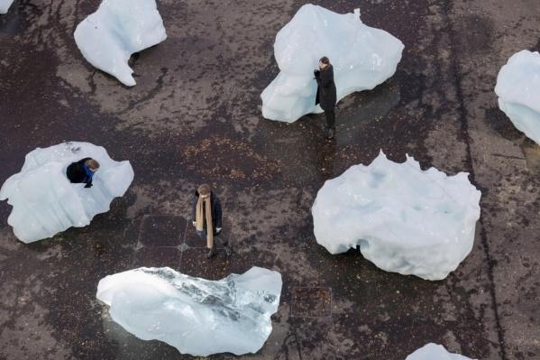 Подростки создали арт-объекты изо льда и снега. Подобную акцию провели художники в Лондоне. Их инсталляции были из ледников, которые специально привезли из Гренландии