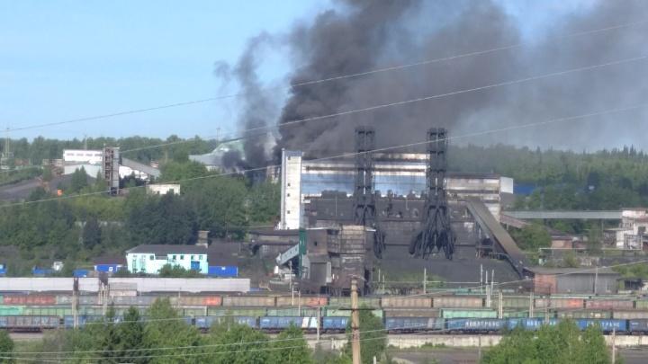 В Кузбассе загорелась углеобогатительная фабрика. Рассказываем, что известно на данный момент