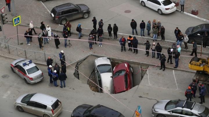 «Мало верю в происходящее»: владелицы провалившихся в кипяток машин на Фрунзе рассказали об ущербе