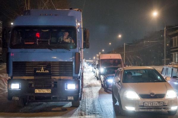 Движение на дорогах усложняет и снегопад