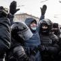 Улыбайтесь, вас сейчас задержат! 42 фото с акций протеста в России