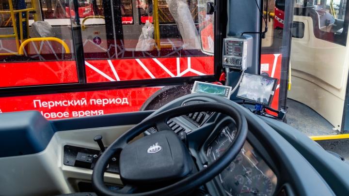 У автобусов маршрута № 4 переоборудовали водительские места, чтобы было удобнее принимать оплату наличными