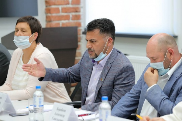 В составе инициативной группы — бизнесмен и руководитель афганской диаспоры Хосейни Мир Абуль Касим (в центре)