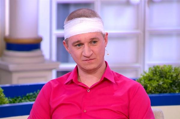 Остаток передачи Александр провел с повязкой на голове