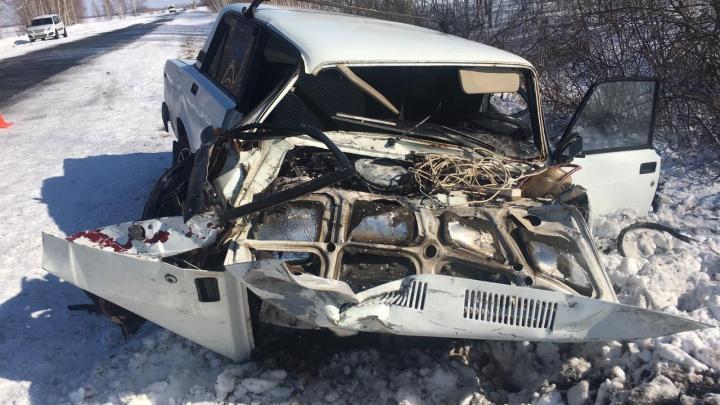 На трассе иномарка вылетела на встречку и врезалась в ВАЗ: погиб мужчина