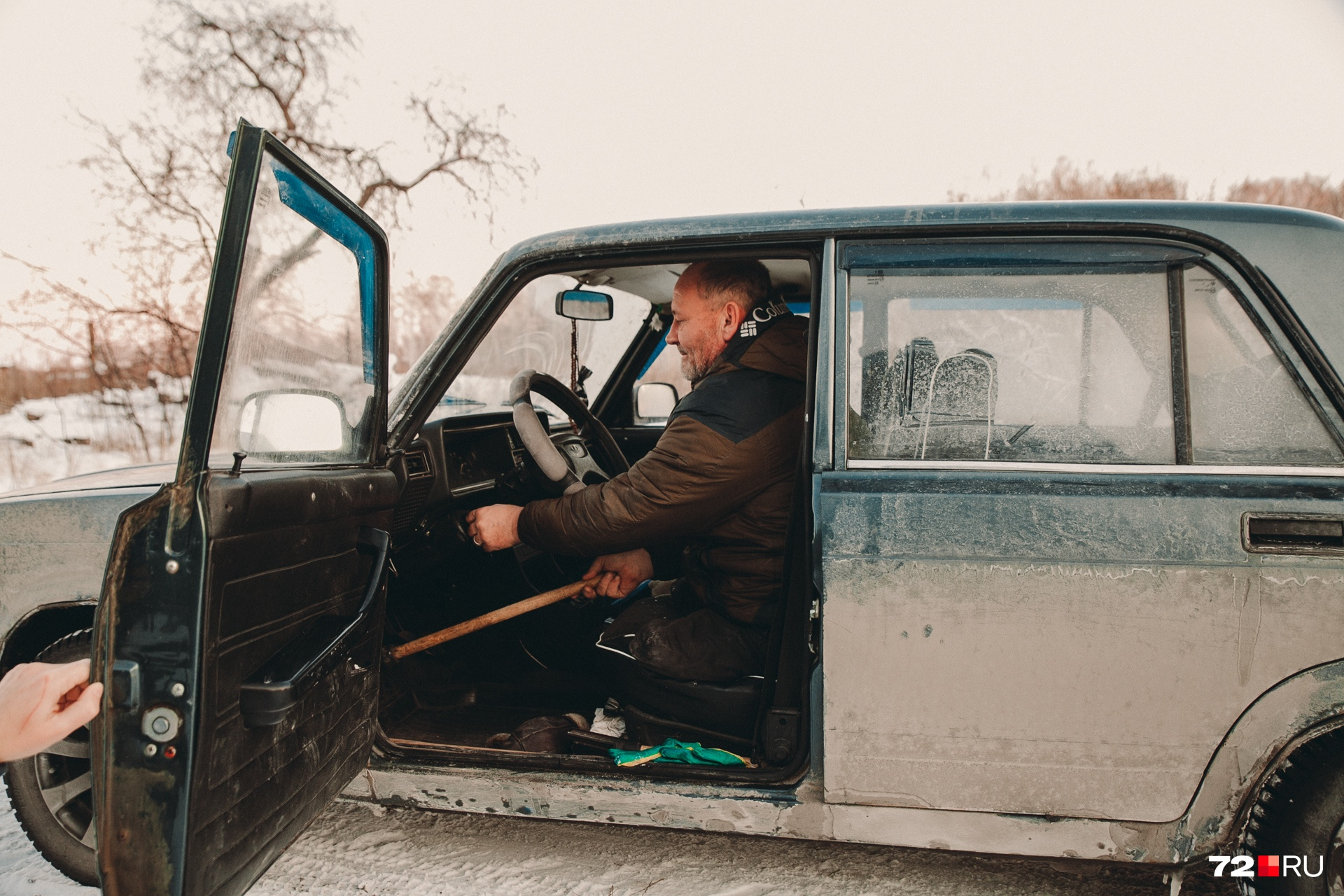Машину мужчина тоже умеет водить. Только у него она обычная, без специальных приспособлений для инвалидов. Выкручивается подручными средствами
