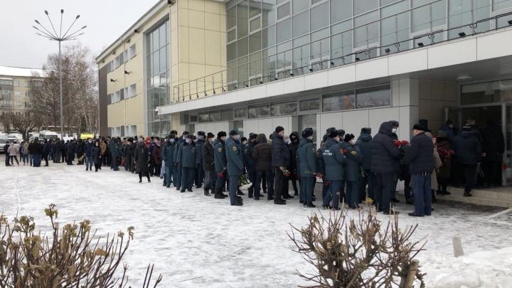 На прощание с погибшими красноярскими пожарными пришли более тысячи человек