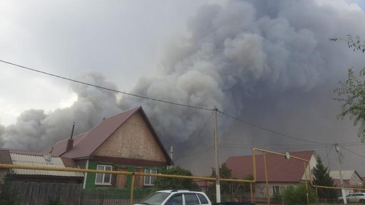 «На улице очень душно, пахнет гарью»: жители Борского рассказали об обстановке в селе