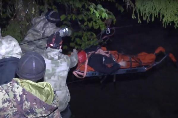 Спасатели организовали веревочную переправу