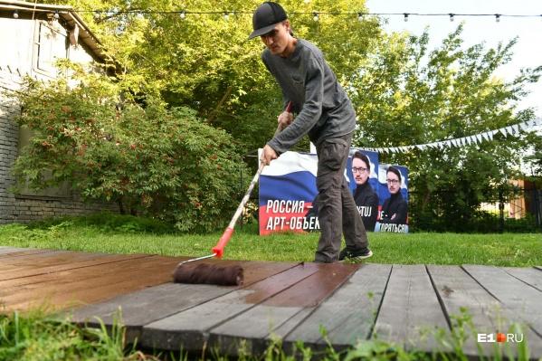 С деревянного настила началась новая жизнь дворика ГЦСИ