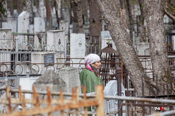 Поврежденные могилы обнаружили полицейские