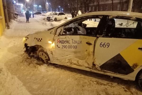 Машина с наклейками такси получила повреждения