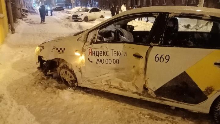 В Перми такси столкнулось с легковушкой и перевернулось. В полиции рассказали подробности ДТП