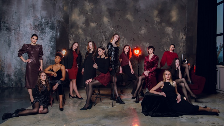Красноярские волейболистки снялись в женственной фотосессии в платьях и на каблуках