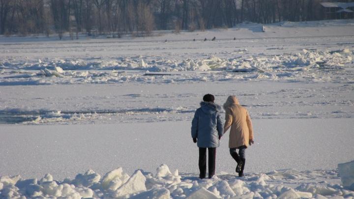 «Один тонул, а двое бросились спасать»: в Волжском трое детей провалились под лед на Ахтубе