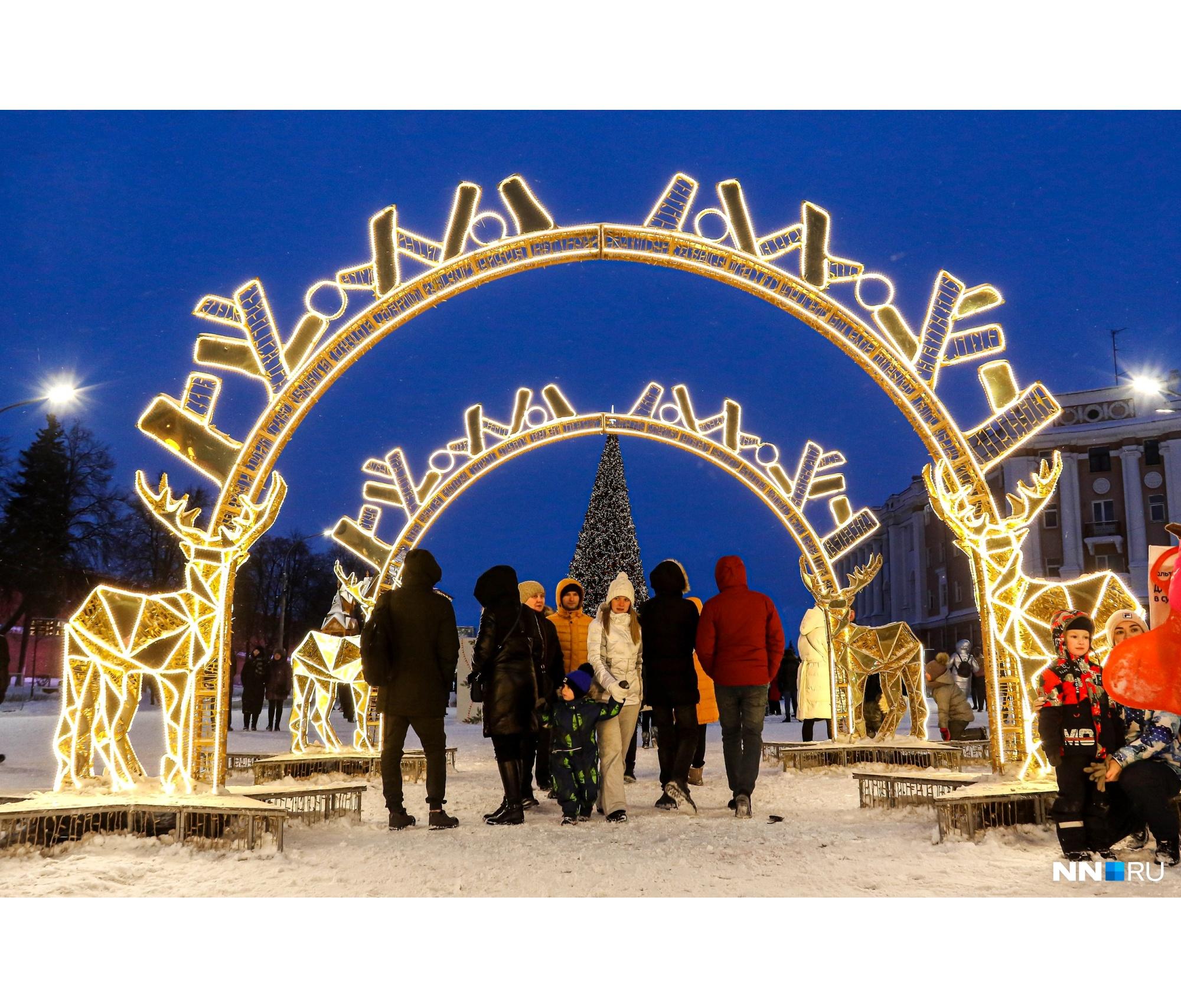 Тут располагалась фотозона в виде арки с оленем — главным символом города