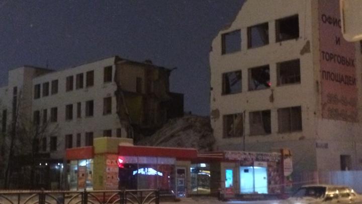 Рабочие снесли фасад здания ПРОМЭКТа на Декабристов