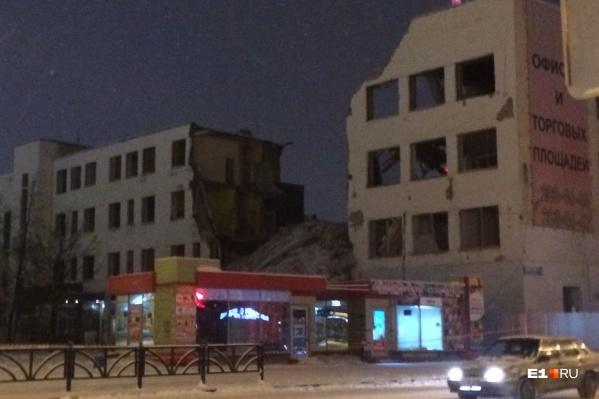 """Как будут выглядеть 25-этажки на месте конструктивистского здания, <a href=""""https://www.e1.ru/news/spool/news_id-69673311.html"""" target=""""_blank"""" class=""""_"""">мы показывали здесь</a>"""