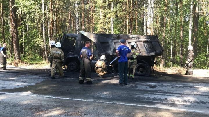 На трассе под Екатеринбургом сгорел КамАЗ
