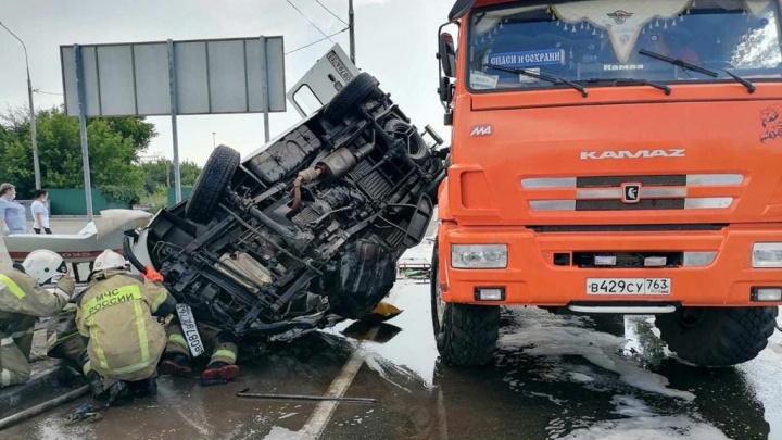 Перевернулась на крышу: в Самарской области произошла крупная авария с участием КАМАЗа и скорой