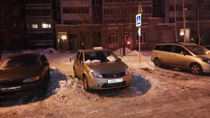 «Я паркуюсь как...»: плохая уборка снега в Екатеринбурге превратила в автохамов даже самых примерных водителей
