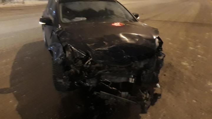 В Новокузнецке произошло ДТП, в котором авто разорвало на две части. Но никто не пострадал