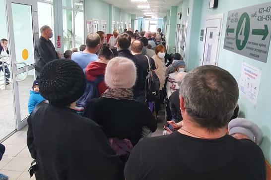 Люди стоят с десяти утра: на Уралмаше выросла гигантская очередь на прививку от COVID-19