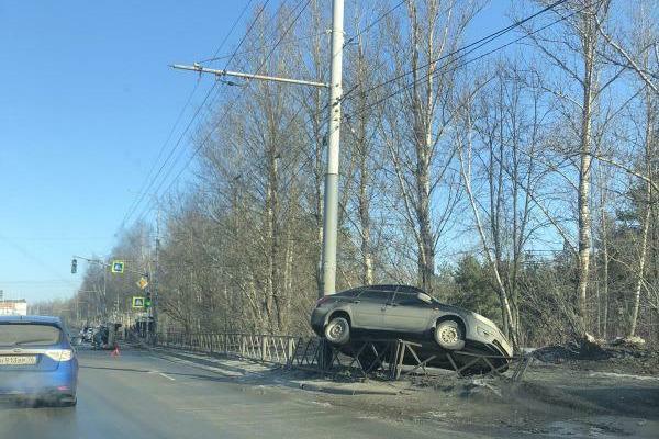 Машины хаотично разбросало: в Ярославле в одном месте произошло три ДТП. Фото