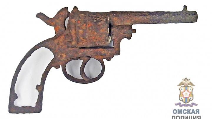 Привет из прошлого: на крыше исторического здания рабочие нашли револьвер
