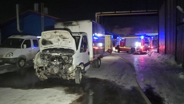 «Мужчина получил серьезные ожоги лица и рук»: ночью в Екатеринбурге сгорел автосервис