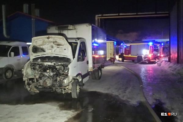 На место возгорания приехало несколько пожарных машин и реанимация