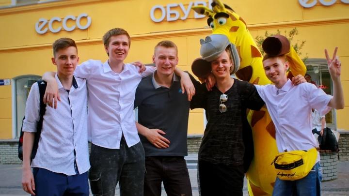 «Если бы не эти ребята, я бы школу не любил»: как прошли первые выпускные в Нижнем Новгороде