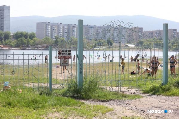 Пляж на острове Отдыха в Красноярске встречает горожан закрытыми воротами, но это мало кого останавливает