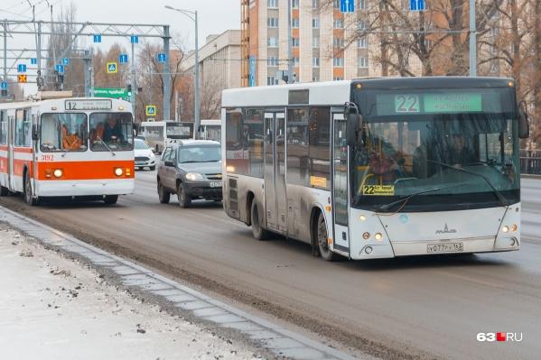 По мнению авторов инициативы, по выделенным полосам общественный транспорт будет ездить быстрее