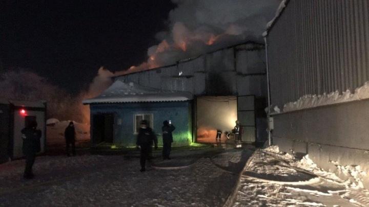 55 пожарных больше часа тушили пожар на складе в Кемерово. В МЧС рассказали, что случилось