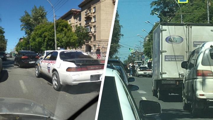 В центре Новосибирска собрался «паровозик» из пяти машин — в массовом ДТП есть пострадавшие